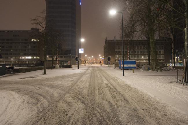 Leuvekwartier in de sneeuw, zicht op de nieuwe Rederijbrug