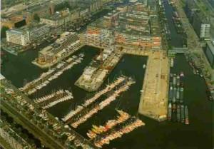 Het Leuvekwartier in aanbouw , ca. 1980. Alleen de Wijnkade en het zuidelijk gedeelte van de Glashaven is bebouwd.