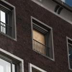 Vandalisme en verloedering teisteren de bijbank aan de Boompjes. (Foto: Arthur van Beveren)